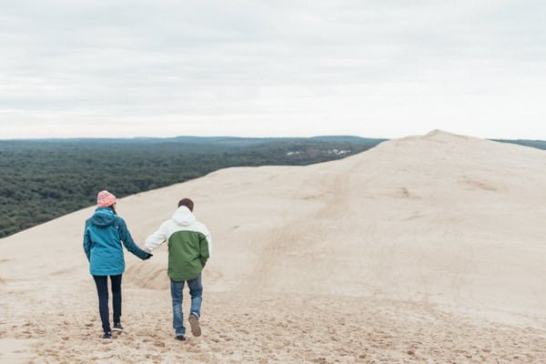 couple se tenant la main sur la dune du Pyla