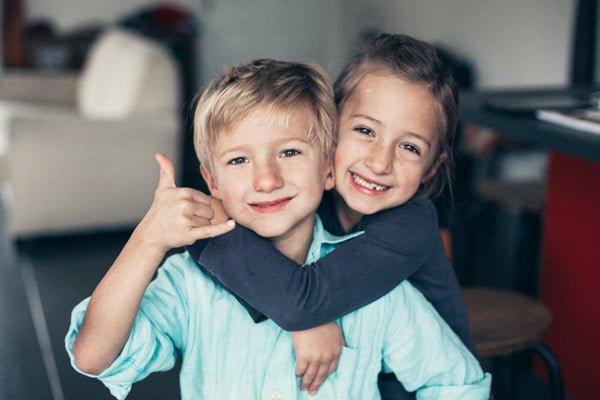 jeunes enfants jumeaux se serrant dans les bras