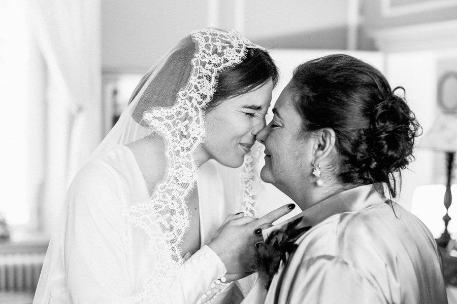 mariée et sa mère s'embrassant du bout du nez avec émotion