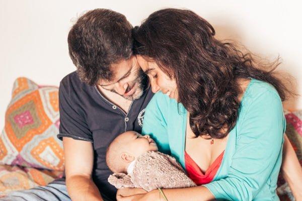 jeunes parents regardant leur fils nouveau né