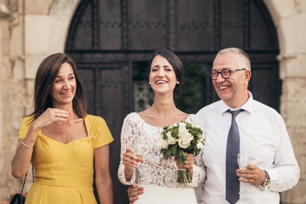 la mariée et ses parents qui rient aux éclats