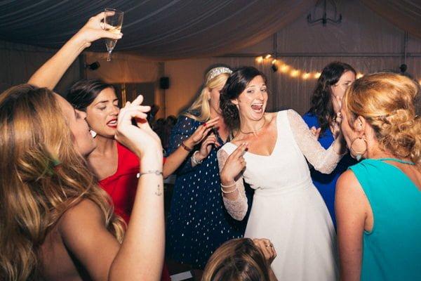mariée et témoins qui dansent