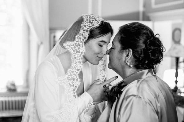 mère qui découvre sa fille en robe de mariée