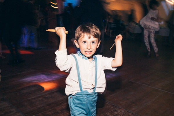 garçon d'honneur qui danse avec des baguettes