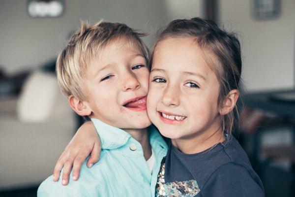 frère et soeur jumeaux qui s'embrassent