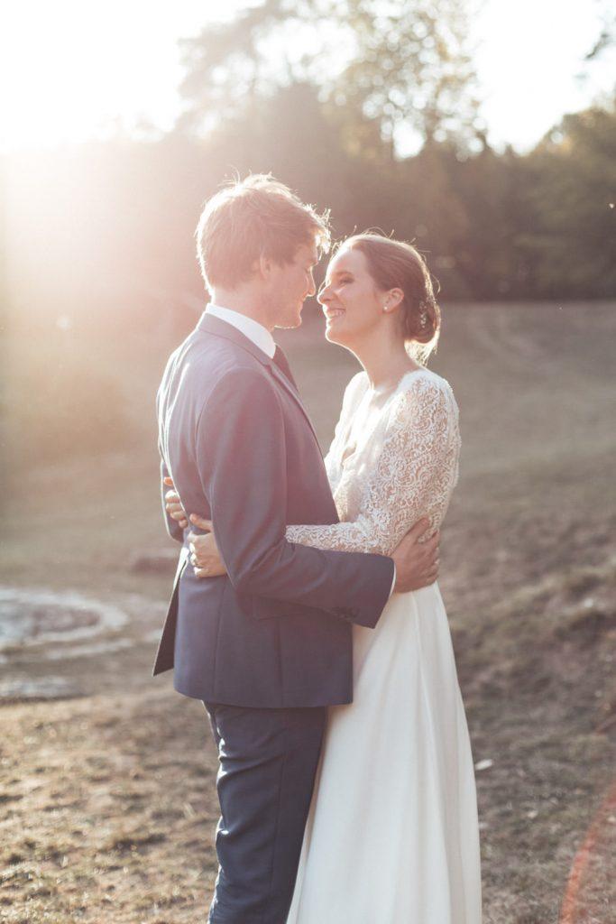 jeunes mariés s'embrassant au crépuscule