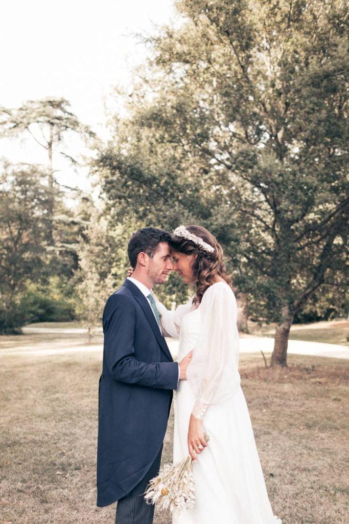 mariés fermant les yeux et se tenant dans les bras