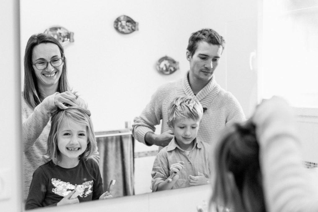 brossage de dent en s'amusant dans la salle de bain de 2 jumeaux avec leurs parents
