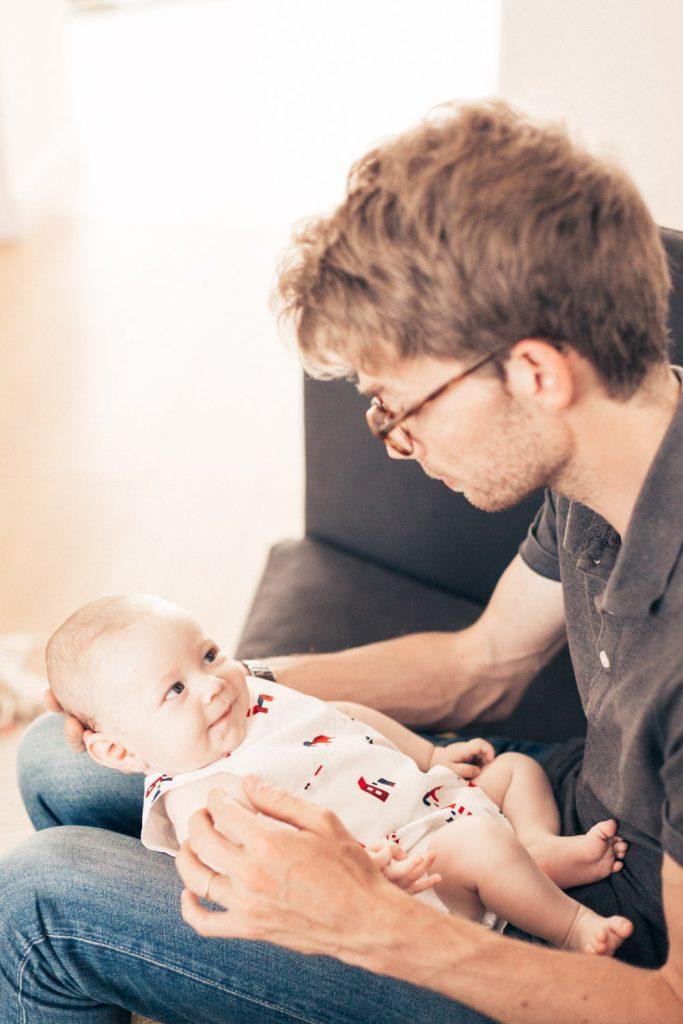 petit garçon de 2 mois regardant et souriant à son père